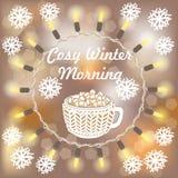 Tasse chaude de cacao avec des guimauves sur le fond brouillé avec des flocons de neige Image libre de droits