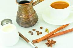 Tasse chaude de café et de cannelle Photographie stock libre de droits