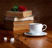 Tasse chaude de café frais sur la table en bois Images stock
