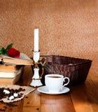 Tasse chaude de café frais sur la table en bois Image libre de droits