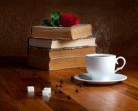 Tasse chaude de café frais sur la table en bois Photos stock