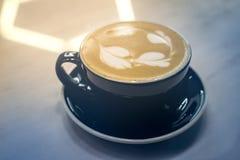 tasse chaude de cappuccino sur en bois Image libre de droits