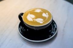 tasse chaude de cappuccino sur en bois Photographie stock