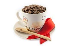 Tasse complètement de grains de café d'isolement Photos libres de droits
