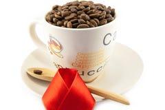 Tasse complètement de grains de café d'isolement Photo libre de droits