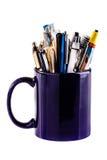 Tasse complètement de stylos photographie stock