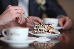 Tasse crémeuse de blanc de gâteau d'amants de cappuccino Photographie stock