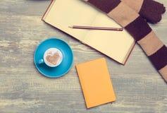 Tasse, croissant et livre Photos libres de droits