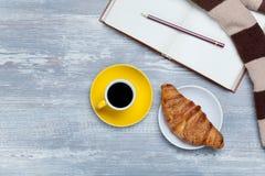 Tasse, croissant et livre Photos stock