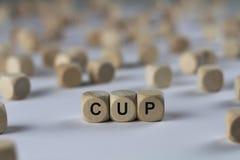 Tasse - cube avec des lettres, signe avec les cubes en bois Photo stock