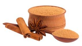 Tasse, cuillère, anis d'étoile et cannelle en bois Images stock
