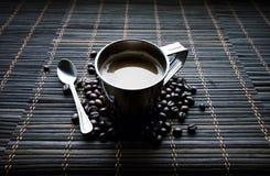 Tasse d'acier inoxydable de coffe avec des grains de café images libres de droits