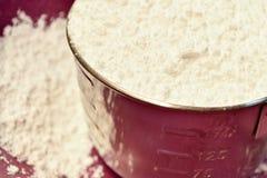 Tasse d'acier inoxydable de farine blanche photos stock