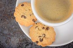 Tasse d'americano de café avec des biscuits sur la table Photos libres de droits