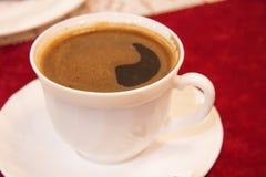 Tasse d'americano de café dans la tasse blanche sur la table Images libres de droits