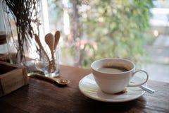 Tasse d'americano de café sur le bureau en bois Images libres de droits