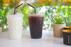 Tasse d'americano glacé et de lait glacé Photographie stock libre de droits