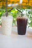 Tasse d'americano glacé et de lait glacé Image stock