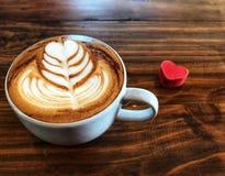 Tasse d'amour, café d'art de latte de coeur dans la tasse blanche et coeur rouge d'amour Photos stock