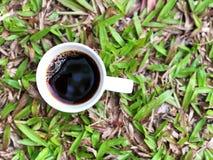 Tasse d'amour, café noir dans la tasse blanche sur le fond vert de congé Photos stock