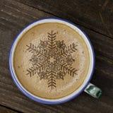 Tasse d'art de latte de café sur la table en bois La forme de mousse d'étoile et courtisent Image stock