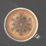 Tasse d'art de latte de café sur la table en bois La forme de mousse d'étoile et courtisent Image libre de droits