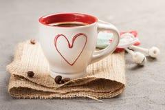 Tasse d'expresso de café, haricots, coeur rouge Photo stock