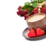 Tasse d'expresso, de sucrerie rouge, de cadeau et de roses pour la Saint-Valentin Photographie stock