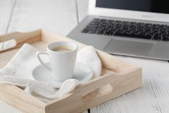 Tasse d'expresso ou de café se reposant sur un plateau blanc de portion image stock
