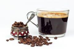 Tasse d'expresso sur le fond blanc Tasse d'americano de café Boisson chaude pour la santé Image stock