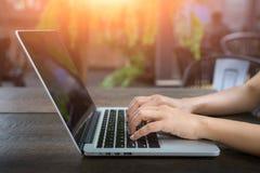 Tasse d'ordinateur portable et de café sur la table en bois, ordinateur portable avec l'écran vide sur la table Fond brouillé par photos libres de droits