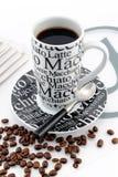 Tasse de balck élégant et de café blanc Image stock