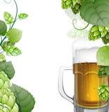 Tasse de bière avec des houblon sur le blanc illustration de vecteur