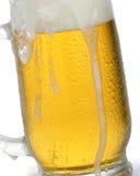 Tasse de bière avec l'égoutture de mousse Images libres de droits