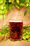 Tasse de bière avec l'houblon et le blé Images stock