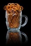 Tasse de bière avec les snackes salés Photographie stock libre de droits
