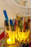 Tasse de bière avec les tirs d'alcool de seringue, idées colorées pour la partie thématique de Halloween Image libre de droits