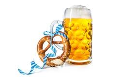 Tasse de bière bavaroise avec le bretzel Photo stock