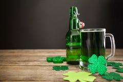 Tasse de bière, de bouteille à bière et d'oxalidex petite oseille verts pour le jour de St Patricks Photographie stock libre de droits