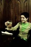 Tasse de bière de fixation de femme Image libre de droits
