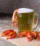 Tasse de bière et d'écrevisses bouillies Photographie stock libre de droits