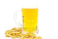 Tasse de bière et de quelques biscuits salés Images libres de droits