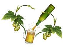Tasse de bière, houblon, bouteille à bière verte Photos stock