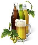 Tasse de bière, houblon, trois bouteilles à bière Photographie stock