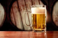 Tasse de bière régénératrice sur le fond de cru Image stock