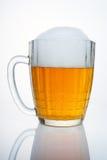 Tasse de bière russe avec un chapeau de mousse. Image stock
