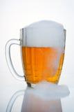 Tasse de bière soviétique russe. Avec le grand égouttement de la mousse. Image libre de droits