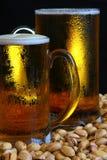 Tasse de bière sur la table Image libre de droits