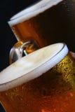 Tasse de bière sur la table Photos stock