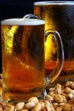 Tasse de bière sur la table Image stock